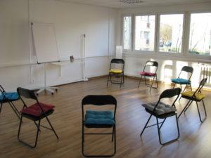 sala-krzesla-z-poduchami